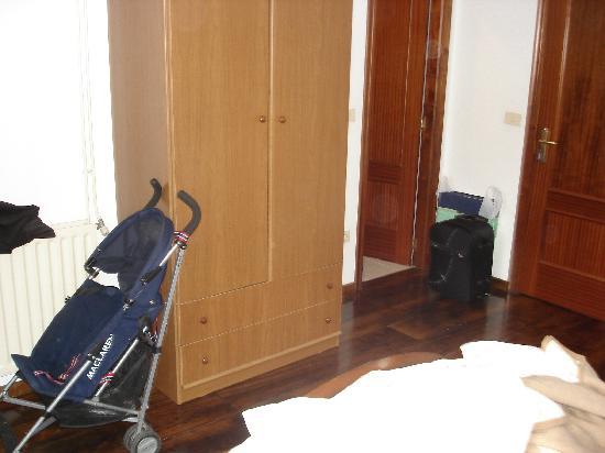 Hospedaje Seminario Santa Catalina: habitacion desordenada