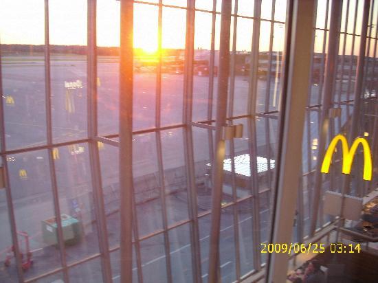 "Radisson Blu SkyCity Hotel, Arlanda Airport: ""Midnight Sun"" setting at 10:19pm!"