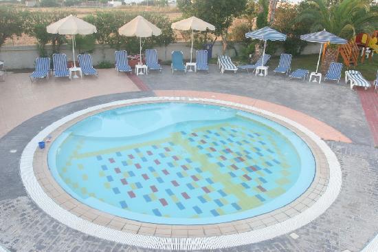 Hotel Corali: Baby pool near studios