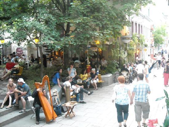 Le Lapin Sauté: Courtyard, harpist and busy Rue Petit Champlain.