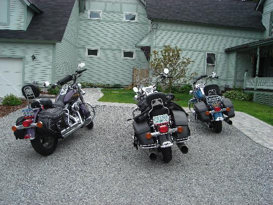 Henniker House: Bikes in front of B&B