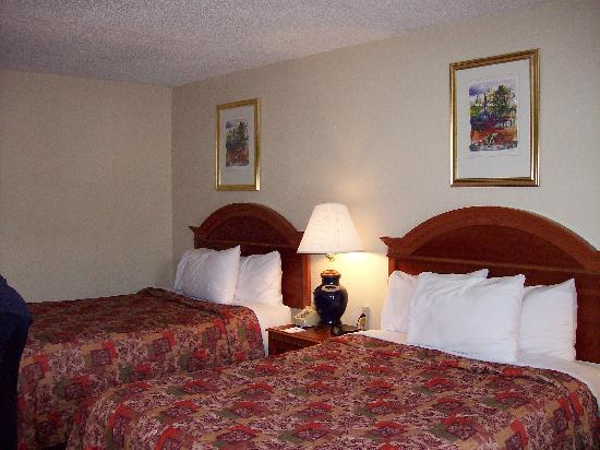 Days Inn Asheville West : Nice comfy beds and pillows!