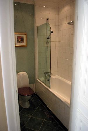 Elite Plaza Hotel Göteborg: The space between the tub and the sink could to be a bit larger.