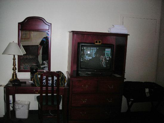 Econo Lodge : TV Stand