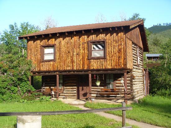 Cherokee Park Ranch: cabin exterior