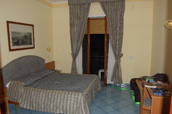 Hotel Zi Teresa: Our room, double bed and a twin bed, great door to balcony!