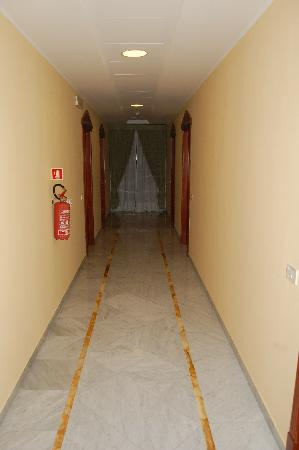 Hotel Zi Teresa: A picture of the marble in the hallway...