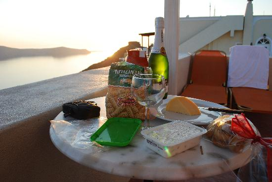 Villa Ilias Caldera Hotel: Simple dinner before the sunset - Tip: stop at the mini market for an easy meal
