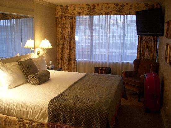 Wedgewood Hotel & Spa: Deluxe Suite - Bedroom