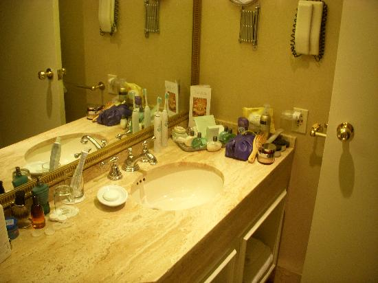 Wedgewood Hotel & Spa: Deluxe Suite - Bathroom