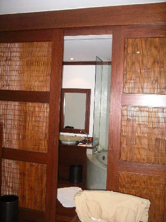 Belmond La Résidence d'Angkor: Sliding Doors to Dressing Room/Bathroom Area