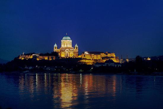 ‪‪Esztergom‬, المجر: Esztergom, Basilica at night‬