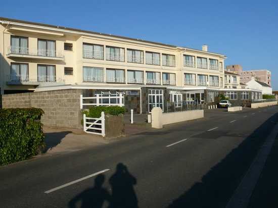 St. Clement, UK: Hotel from the seawall.