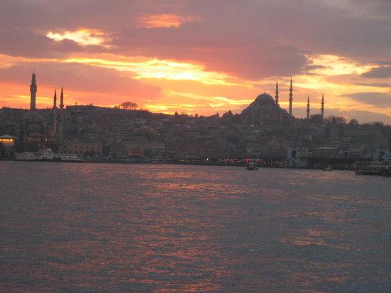 Стамбул, Турция: Llegada en barco a Eminönü en el crepúsculo