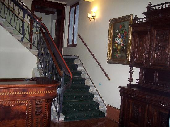 Locanda Remedio : Through Courtyard to Stairs