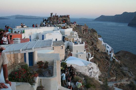 Islas Egeas del Nordeste, Grecia: GATHERING AT OIA TO SEE THE SUNSET