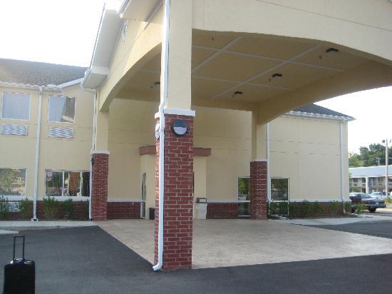 Econo Lodge Inn & Suites : Front entrance