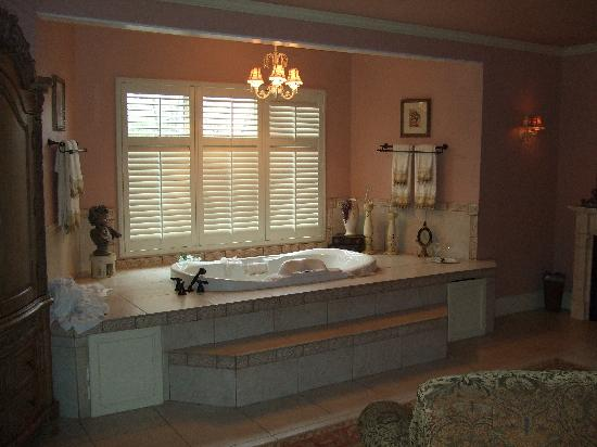 Inn on the Creek: Can't Get Enough of the Tub