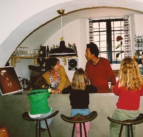 CASA MIGDIA: Le bar de l'hôtel et ses hotelliers