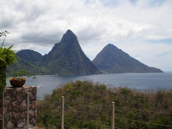 Hummingbird Beach Resort: Twin Pitons view from Jade Mountain