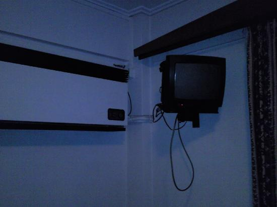 Palmyra Beach Hotel: Aged AC and 12inch TV