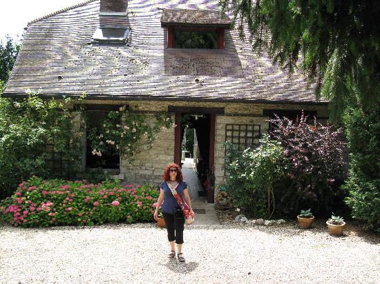 La Pluie de Roses : In front of the house