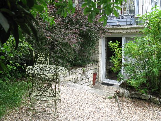 La Pluie de Roses : private entrance into our apartment. little table, perfect for dinner outside