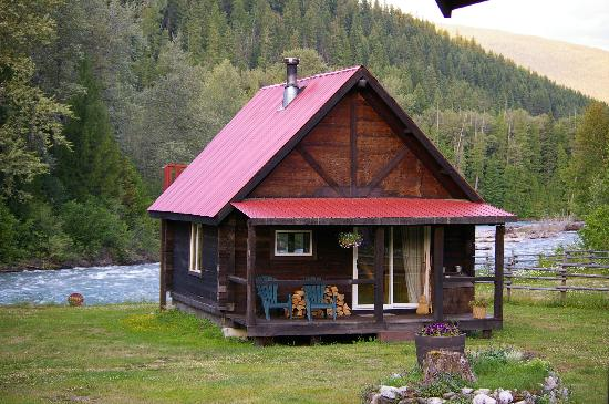 Grizzly Bear Ranch: Log cabin comfort by the river