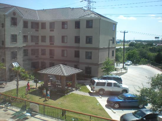Staybridge Suites San Antonio NW near Six Flags Fiesta Texas: Covered area and grassy area/tables around pool