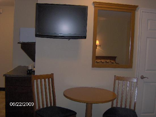 Cairns Motel: Table for 2, Large flat-screen TV