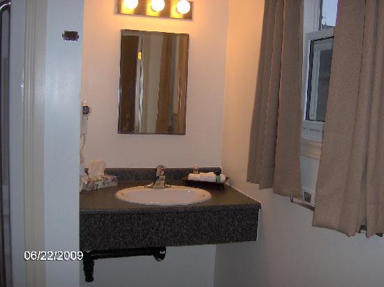 Cairns Motel: Very roomy bathroom