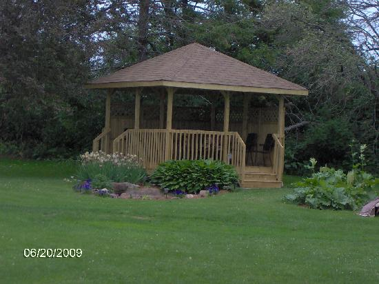 Cairns Motel: Gazebo with patio furniture