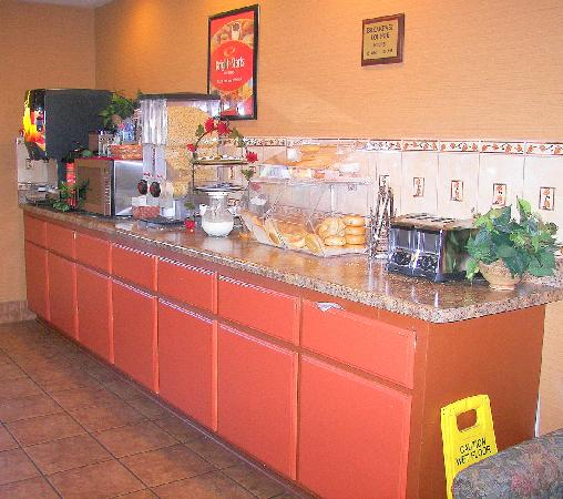 The Econo Lodge Milwaukee Airport Hotel: Breakfast area