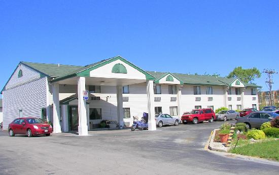 The Econo Lodge Milwaukee Airport Hotel: Outside of Econo Lodge