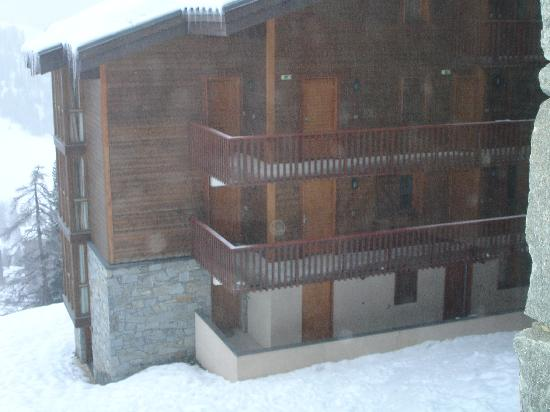Residence Aspen Lagrange Prestige : Our room entrance second floor - view from the indoor swimming pool