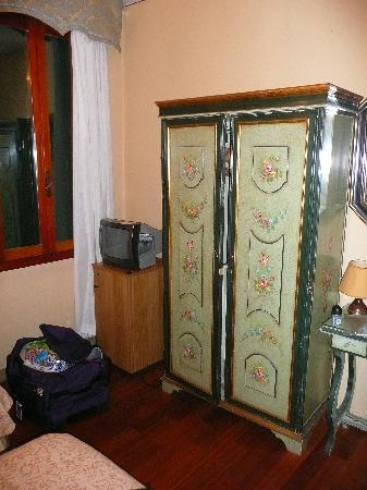 Hotel Malibran: tv and safe brown cupboard is the fridge