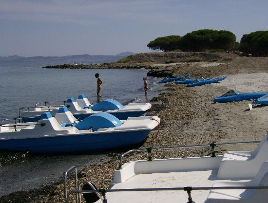 Club Hotel Marina Seada Beach : pedalò,canoe ed alghe