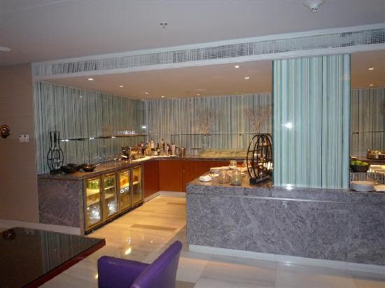 โรงแรมเจดับเบิ้ลยู แมริออท ปักกิ่ง: Executive lounge serving area