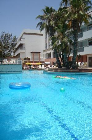 Hotel Kamal: Chilling by the pool