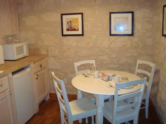 Main Street B & B: Small eating area - suite 205