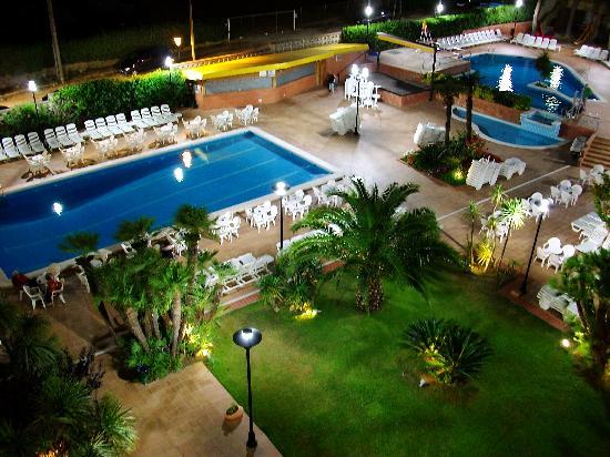 Hotel President: Vision nocturna de la piscina desde la habitacion