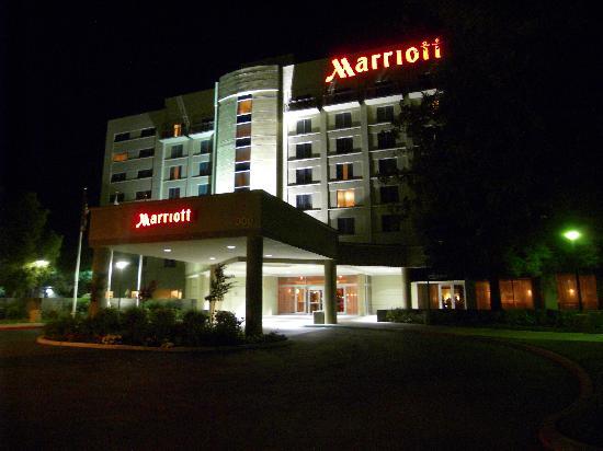 Visalia Marriott at the Convention Center: Haupteingang neben dem überfüllten Parkplatz