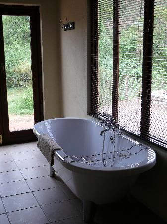 Haaspoort Bushcamp Private Nature Reserve: A bath with a stunning view of the African bush