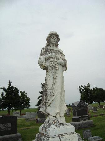 Hiawatha, KS: statue at cemetery