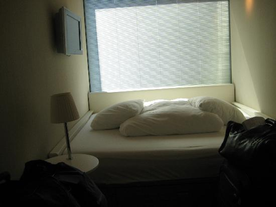 citizenM Schiphol Airport: The huge comfy bed, pillows and the blinds