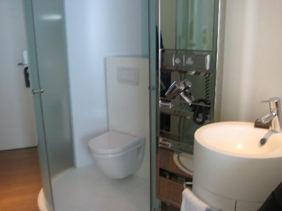 citizenM Schiphol Airport: The bathroom area