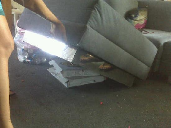W Dallas Victory Hotel: Pizza boxes shoved under couch....NOT from us??!!!!
