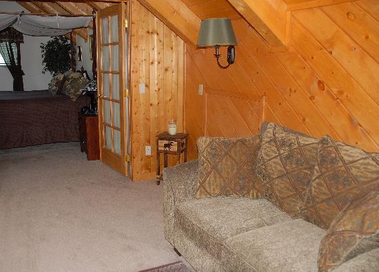 Elkwood Manor Bed & Breakfast: Wilderness Suite: Reading area looking into the bedroom