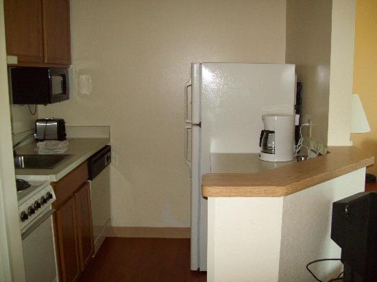 TownePlace Suites Milwaukee Brookfield : kitchen