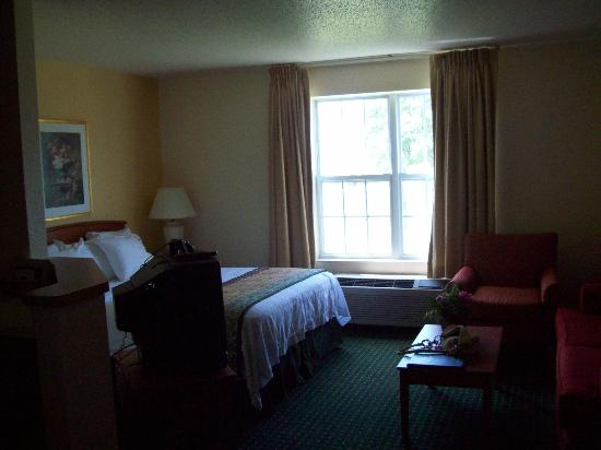 TownePlace Suites Milwaukee Brookfield : main living/bedroom